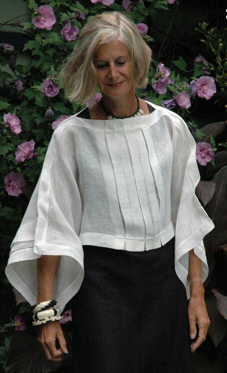 Девушка в черной юбке и белой просторной блузке