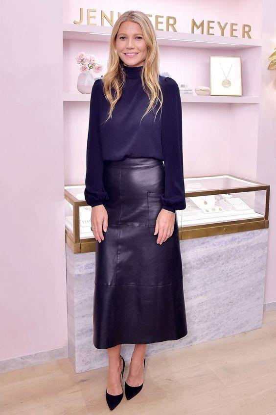 Девушка в черной юбке миди и блузка с длинными рукавами, замшевые туфли