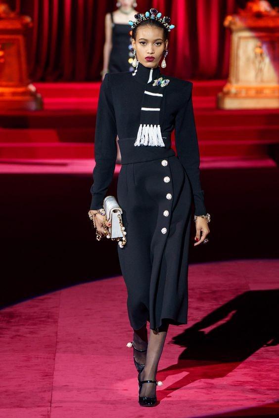 Девушка в черной юбке миди с пуговицами, водолазка и туфли