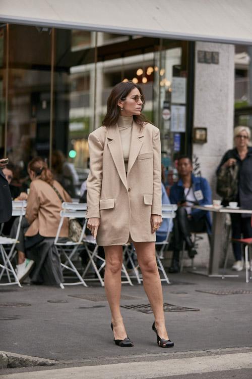 Девушка в длинном пиджаке и черных туфлях с тупым носком