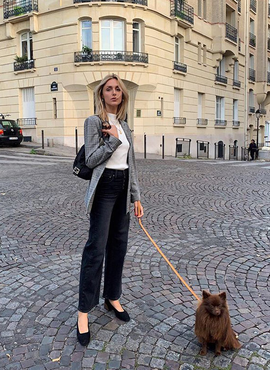 Девушка в джинсах с высокой талией