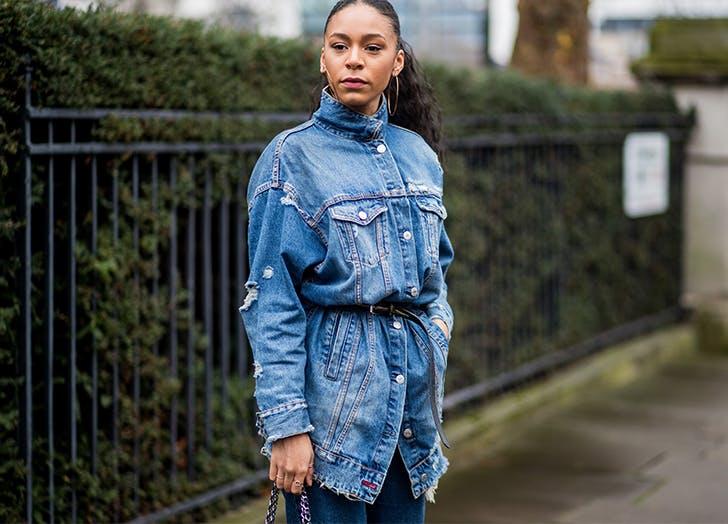 Девушка в голубой джинсовой куртке оверсайз с тонким поясом