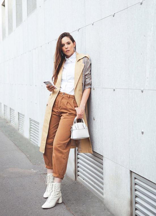Девушка в коричневых прямых брюках, белая рубашка и бежевый тренч, белые ботильоны и сумка