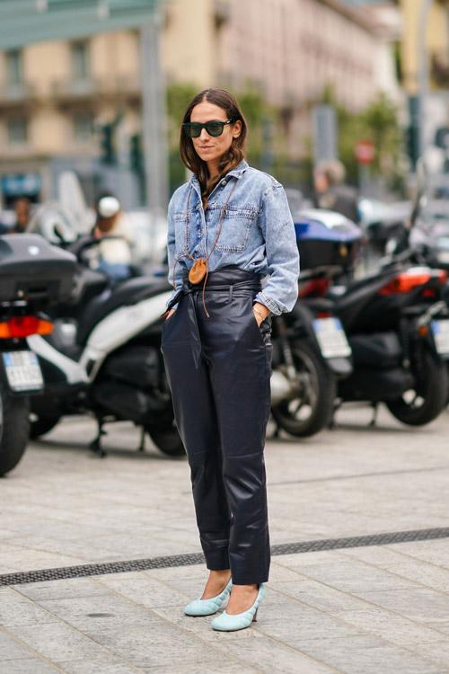 Девушка в кожаных брюках, джинсовой рубашке и стюганых туфлях
