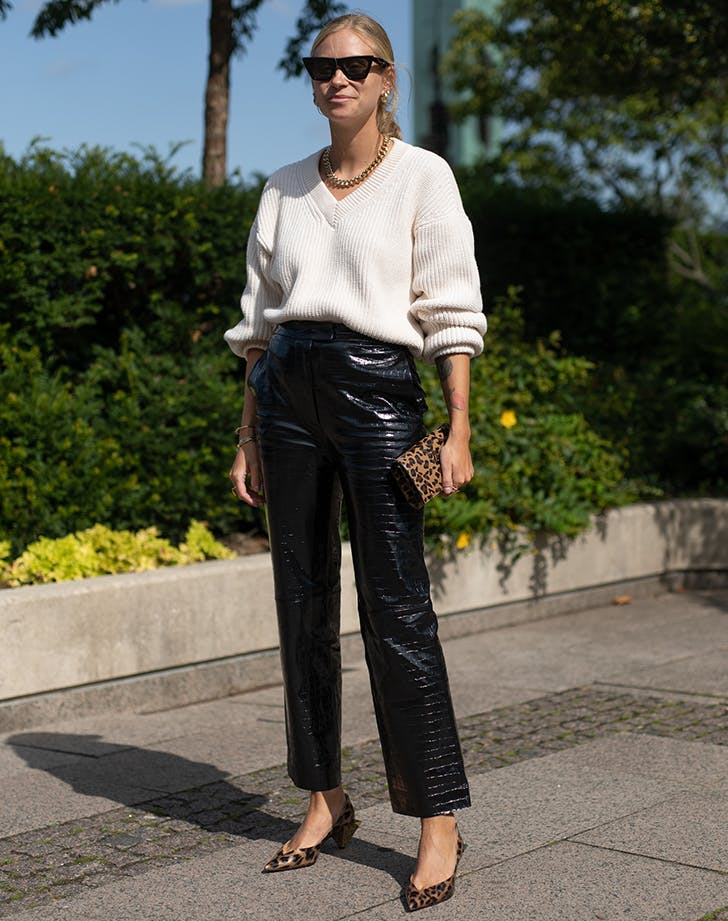 Девушка в кожаных штанах, бежевый свитшот и леопардовые туфли