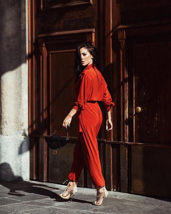 Девушка в красном комбинезоне, бежевые туфли и черная сумочка