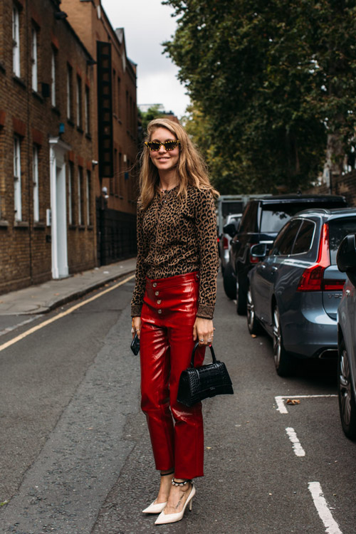Девушка в красных кожаных брюках, леопардовм топе и лодочках