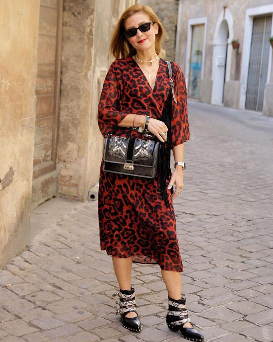 Девушка в легком платье миди с леопардовым принтом и черные ботинки