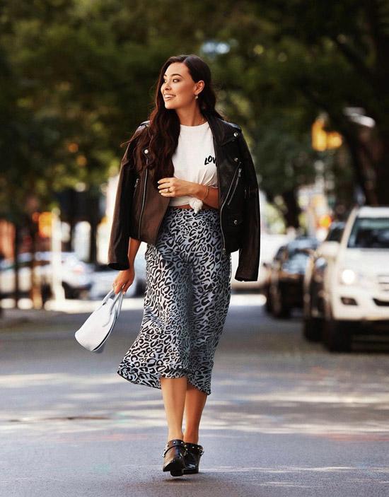 Девушка в леопардовой юбке слип, белая футболка и куртка косуха