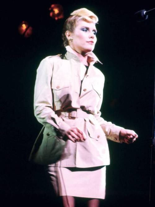 Девушка в мини юбке и рубашке в стиле сафари