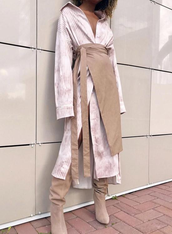 Девушка в платье рубашка в полоску, бежевые замшевые сапоги и юбка
