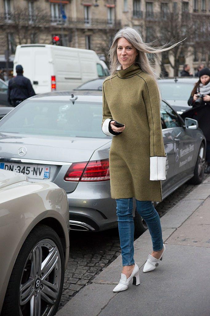 Девушка в платье-свитер, джинсы и белые туфли на каблуке