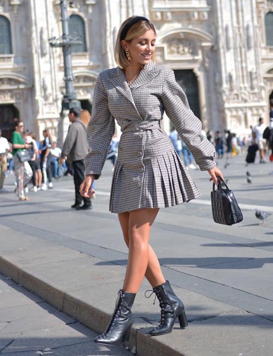 Девушка в плиссированном мини платье, черные ботинки на шнуровке