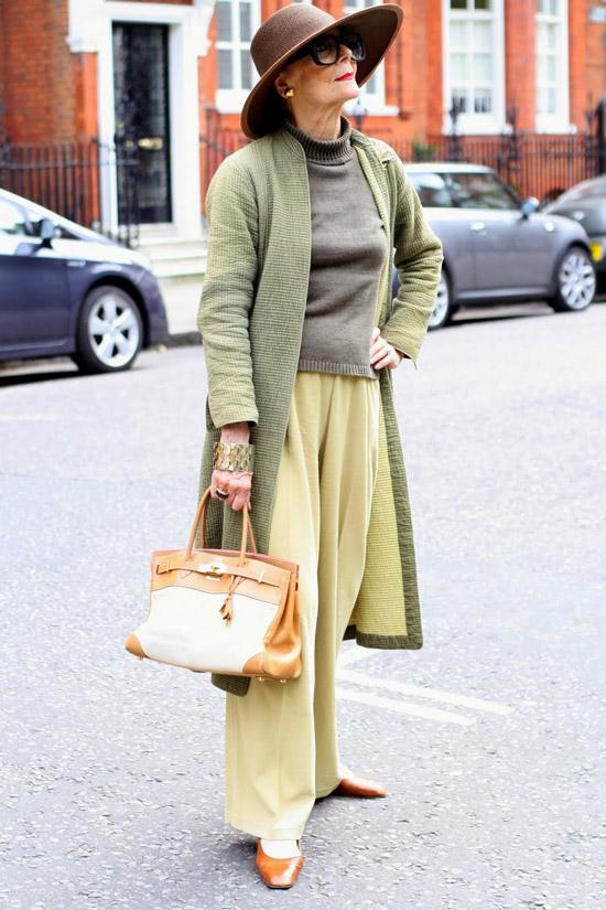 Девушка в просторных брюках, серая водолазка и кардиган