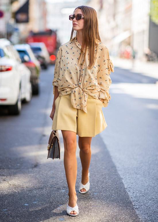 Девушка в просторных шортах, рубашка оверсайз и белые туфли