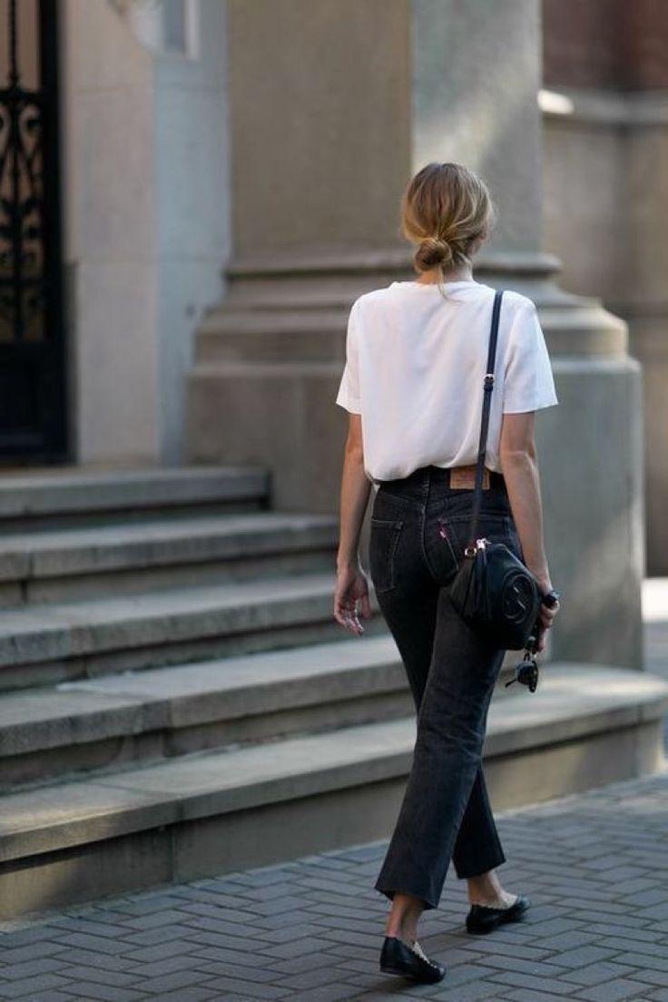Девушка в простых серых джинсах и белая футболка