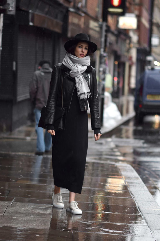 Девушка в прямом черном платье, куртка косуха, кеды и черная шляпа