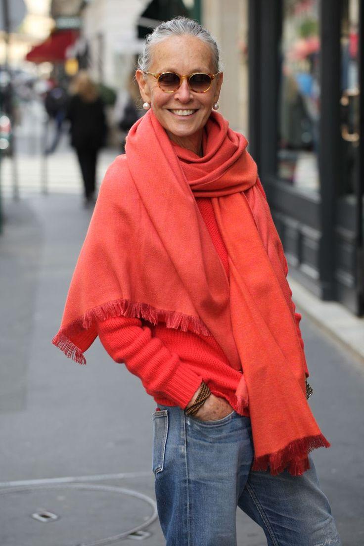 Девушка в прямых джинсах, красный свитер и красный палантине