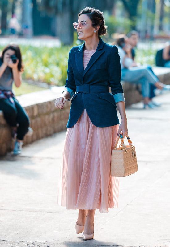 Девушка в розовом нежном платье, синий жакет с поясом и туфли на шпильке