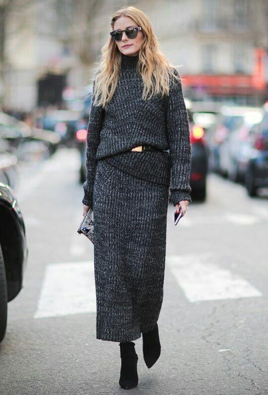 Девушка в сером вязаном костюме с длинной юбкой и замшевые сапоги