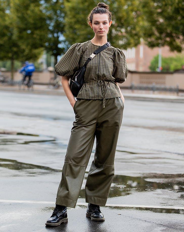 Девушка в широких брюках, блуза и ботинки