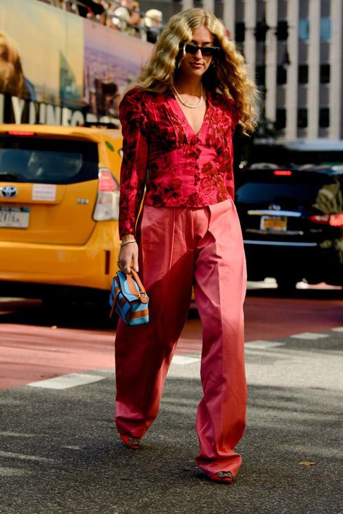 Девушка в широких брюках, блузе и туфлях с пряжкой