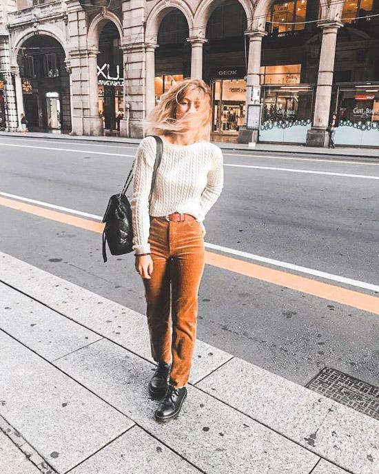 Девушка в вельветовых брюках, вязанный свитер и ботинки