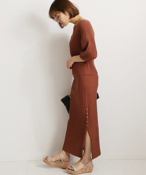 Девушка в вязанном коричневом костюме и босоножки