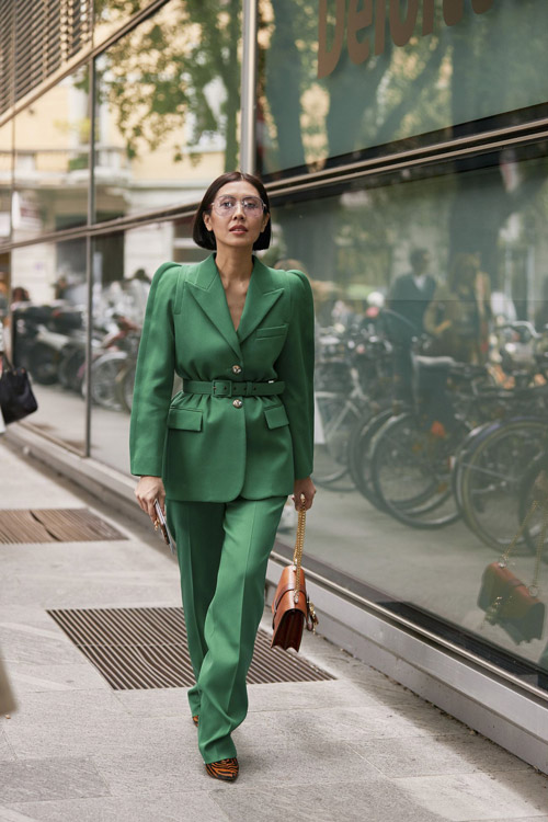Девушка в зеленом костюме и туфлях с тигровым принтом