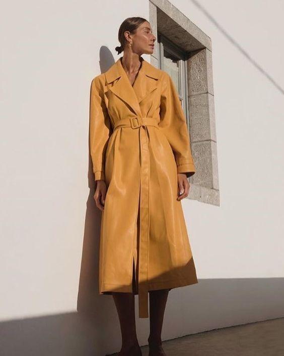 Девушка в желтом кожаном плаще с поясом