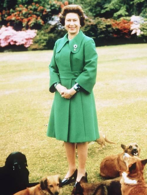 Елизавета II в зеленом классическом пальто