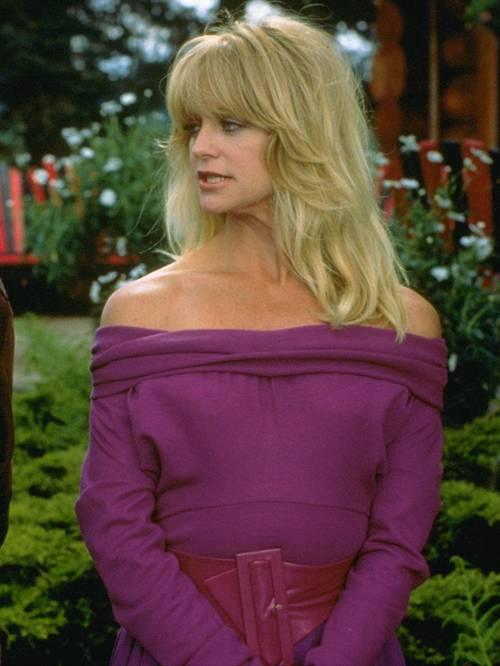 Голди Хоун в фиолетовом платье с открытыми плечами и ремнем