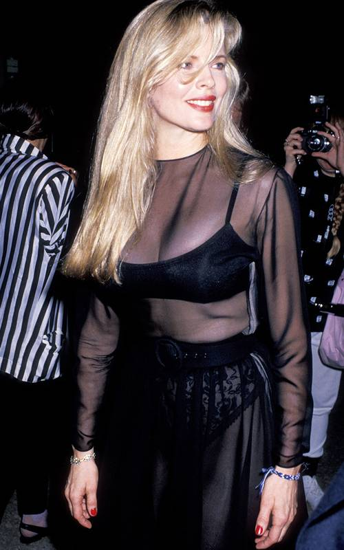 Ким Бейсингер в прозрачном черном платье с поясом