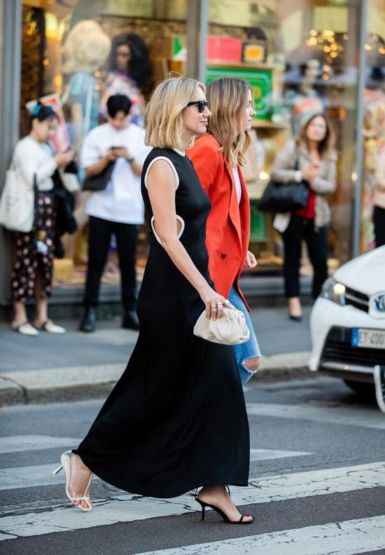 Lisa Aiken в черном платье макси, черно-белые босоножки и маленькая сумочка