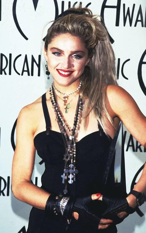Мадонна в черном боди и многослойные украшения