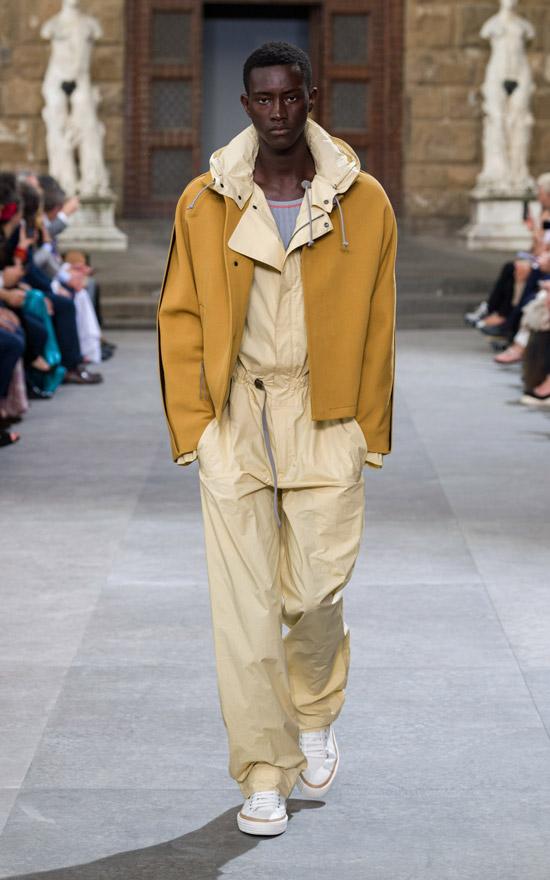 Модель в бежевом комбинезоне, желтая куртка и белые кеды