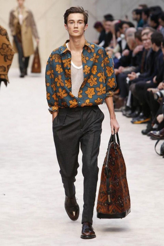 Модель в черных зауженных брюках, синяя рубашка с принтом и туфли