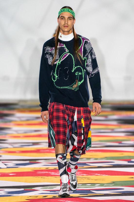 Модель в шортах в клетку и темная толстовка с принтом, кроссовки