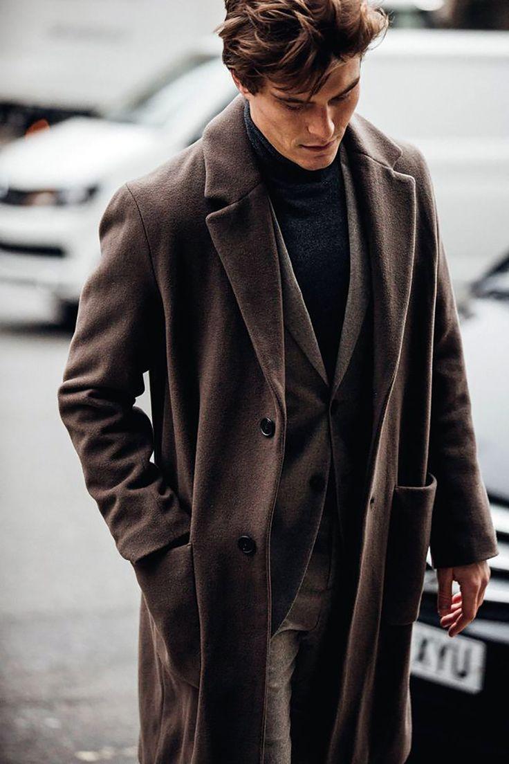 Мужчина в коричневом пальто, жакет, брюки и черная водолазка