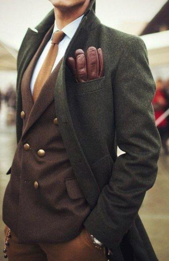 Мужчина в темном пальто, бордовый блейзер и белая рубашка с галстуком