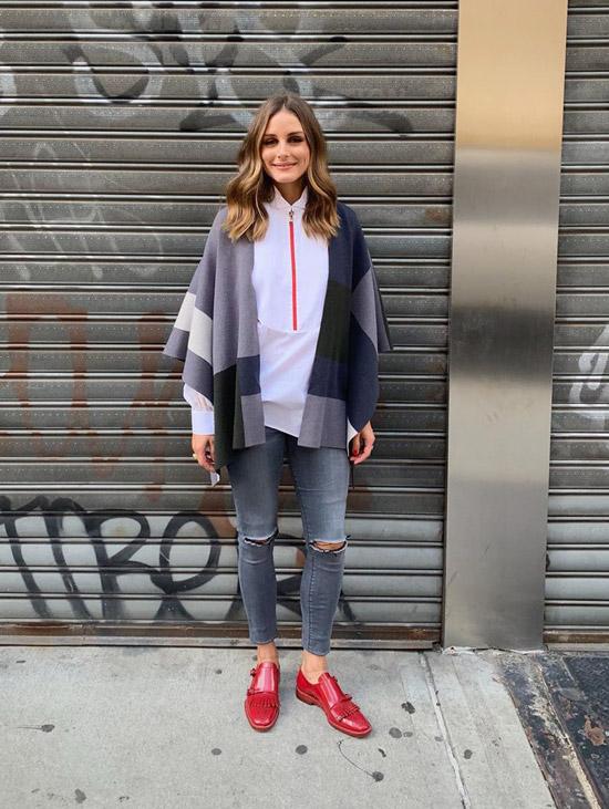 Оливия Палермо в узких рваных джинсах, белая рубашка, пончо и красные лоферы