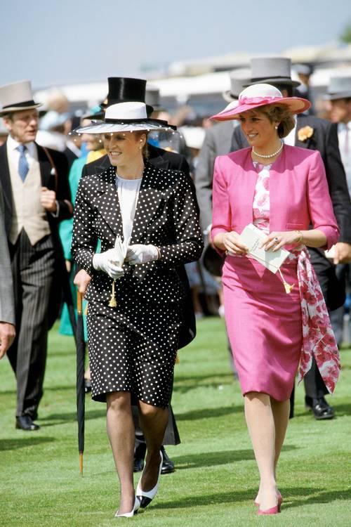 Принцесса Диана в розовом костюме с юбкой карандаш и шляпа