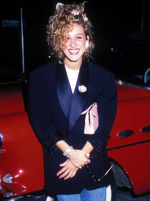 Сара Джессика Паркер в джинсах и черном блейзере оверсайз