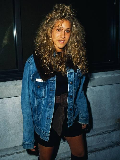 Сара Джессика Паркер в шортах, топ и джинсовая куртка оверсайз