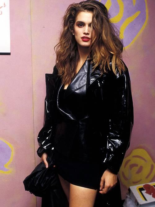 Синди Кроуфорд в черной мини юбке и лакированной кожаной куртке