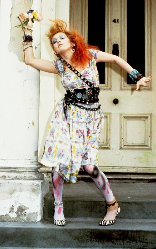 Синди Лопер в белом платье и кожаный пояс в стиле хиппи