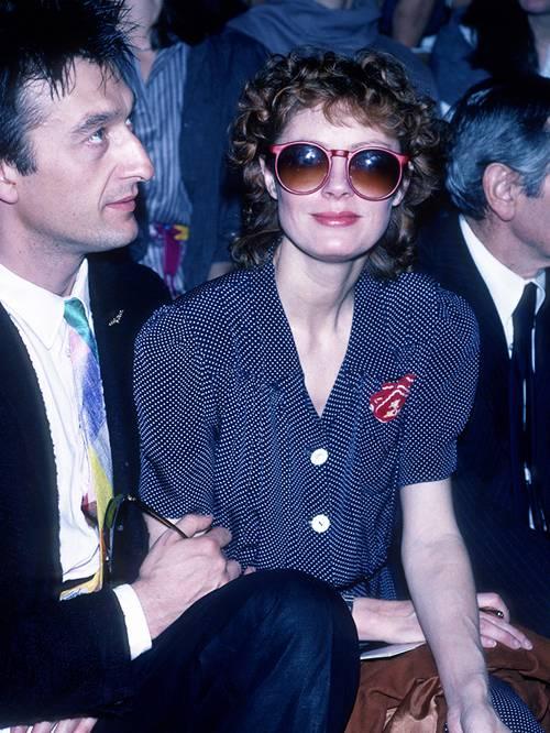 Сьюзан Сарандон в черном платье в горох и больших солнцезащитных очках