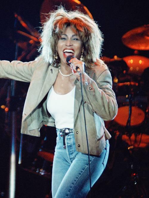 Тина Тёрнер в голубых джинсах, белый топ и бежевый блейзер