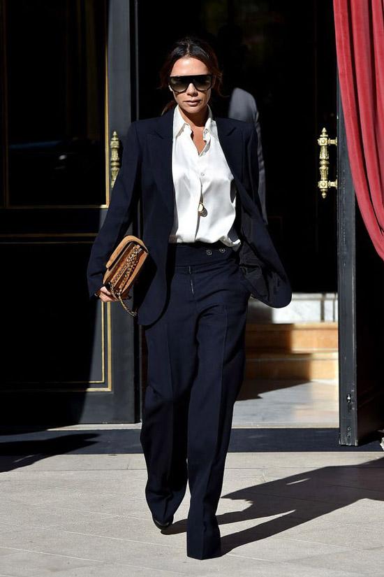 Виктория Бекхем в белой блузе оверсайз и темно-синем брючном костюме