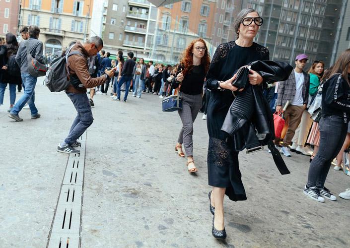Девушка в стеганых туфлях и длинном платье в пол